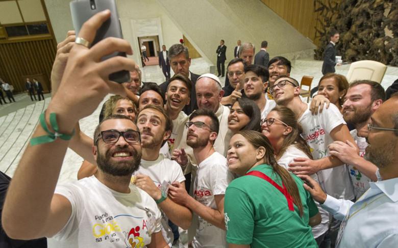 Papa Francesco dice no agli smartphone a cena